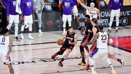 Goran Dragic mencoba melewati LeBron James di Game 6 Final NBA antara LA Lakers vs Miami Heat, Minggu (11/10/2020) di AdventHealth Arena.