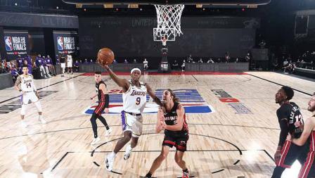 Rajon Rondo mencoba memasukan bola ke ring di Game 6 Final NBA antara LA Lakers vs Miami Heat, Minggu (11/10/2020) di AdventHealth Arena.