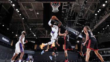 LeBron James memasukkan bola ke ring di Game 6 Final NBA antara LA Lakers vs Miami Heat, Minggu (11/10/2020). - INDOSPORT
