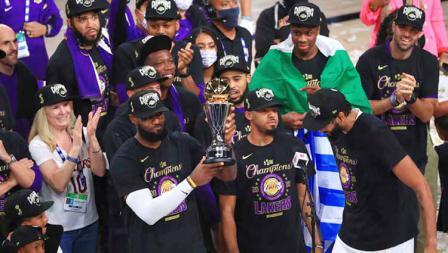 LeBron James mengangkat trofi usai memenangkan Final Kejuaraan NBA antara LA Lakers vs Miami Heat, Minggu (11/10/2020).