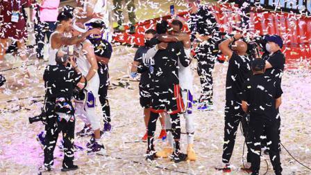 LA Lakers merayakan dengan trofi usai memenangkan Final Kejuaraan NBA antara LA Lakers vs Miami Heat, Minggu (11/10/2020).