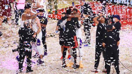 LA Lakers merayakan dengan trofi usai memenangkan Final Kejuaraan NBA antara LA Lakers vs Miami Heat, Minggu (11/10/2020). - INDOSPORT