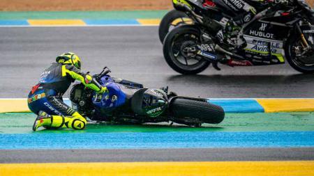Valentino Rossi dari Italia dan Monster Energy Yamaha MotoGP tergelincir di atas aspal setelah kecelakaannya di tikungan ke-2 saat MotoGP Prancis di Sirkuit Bugatti. - INDOSPORT