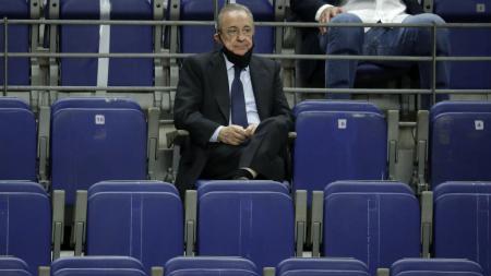 Florentino Perez, presiden Real Madrid saat duduk di kursi penonton Santiago Bernabeu - INDOSPORT