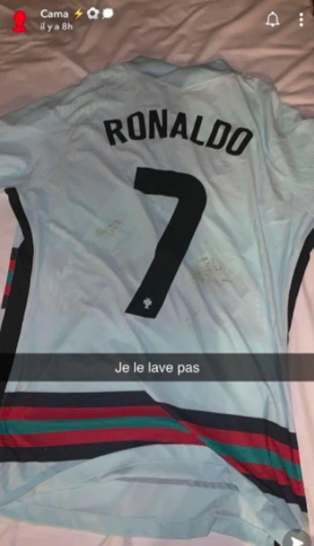 Eduardo Camavinga pamer jersey Cristiano Ronaldo. Copyright: Snapchat/Eduardo Camavinga