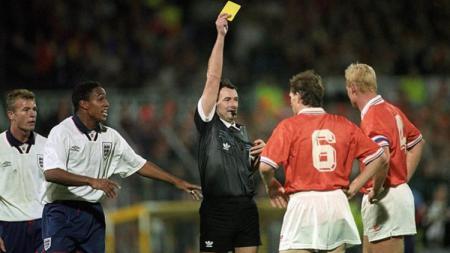 Ronald Koeman menerima kartu kuning dalam pertandingan Kualifikasi Piala Dunia 1994 antara Belanda vs Inggris, 13 Oktober 1993. - INDOSPORT