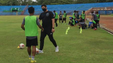 Presiden Persijap M. Iqbal ketika memantau para pemainnya berlatih di Jepara. - INDOSPORT