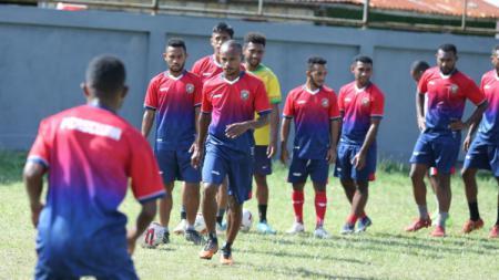 Skuat Persewar saat menjalani latihan sebagai persiapan Liga 2 2020. - INDOSPORT