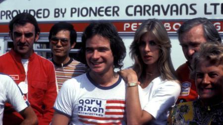 Legenda MotoGP tahun 70-an, Barry Sheene dan kekasihnya. - INDOSPORT