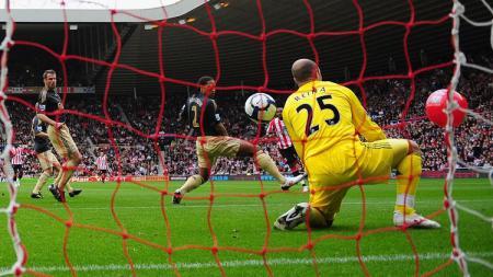 Kiper Liverpool, Pepe Reina, terkecoh lantaran bola sepakan lawan membentur bola pantai dalam laga Liga Inggris kontra Sunderland, 17 Oktober 2009. - INDOSPORT