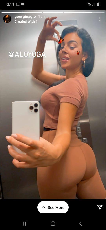 Selfie seksi Georgina Rodriguez dalam lift. Copyright: Instagram Georgina Rodriguez