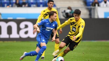 Perebutan bola yang sedang terjadi dalam duel Hoffenheim vs Borussia Dortmund - INDOSPORT