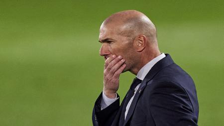 Zinedine Zidane tak kuasa menahan malu usai Real Madrid kalah 0-1 dari Cadiz di lanjutan LaLiga Spanyol 2020/21. - INDOSPORT
