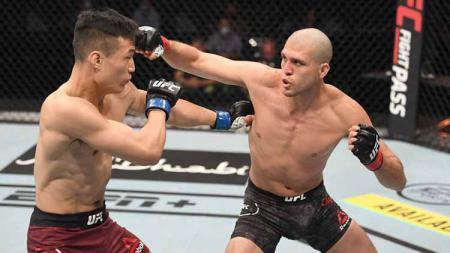Brian Ortega saat bertarung melawan petarung UFC Chan Sung Jung dalam pertarungan kelas bulu. - INDOSPORT