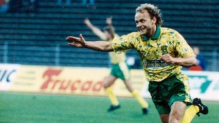 Gelandang Norwich City, Jeremy Goss, mencetak gol indah dalam pertandingan Piala UEFA kontra Bayern Munchen, 19 Oktober 1993. - INDOSPORT