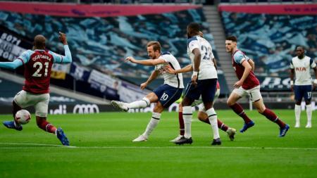 Harry Kane saat sedang menembak ke gawang West Ham United - INDOSPORT