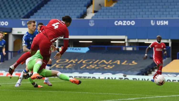 Momen Virgil van Dijk mendapatkan cedera ACL saat bertabrakan dengan Jordan Pickford Copyright: John Powell/Liverpool FC via Getty Images