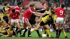 Indosport - Kericuhan laga Manchester United vs Arsenal dalam lanjutan Divisi I Inggris, 20 Oktober 1990.