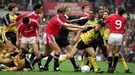Kericuhan laga Manchester United vs Arsenal dalam lanjutan Divisi I Inggris, 20 Oktober 1990. - INDOSPORT