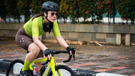 Wulan Guritno, aktris cantik Indonesia saat berolahraga sepeda. - INDOSPORT