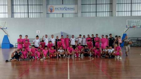 Skuat klub Liga 2 Sulut United menggelar latihan basket di GOR Roring Arena, Manado, Senin (19/10/20). - INDOSPORT