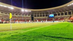Indosport - Laga ekshibisi antara tim sepak bola Papua versus tim Jawa Timur di Stadion Papua Bangkit