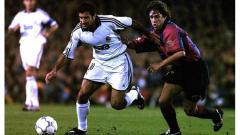 Indosport - Pengalaman pertama Luis Figo menyambangi markas Barcelona, Camp Nou, berseragam Real Madrid, 21 Oktober 2000.