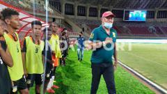 Indosport - Pelatih tim sepak bola Jawa Timur, Rudy Wiliam Keltjes (kanan) selepas laga eksibisi.