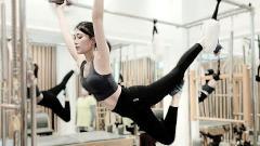 Indosport - Jeanice Ang, wanita cantik yang sering jadi host turnamen eSports saat melakukan pilates.