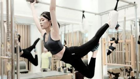Jeanice Ang, wanita cantik yang sering jadi host turnamen eSports saat melakukan pilates. - INDOSPORT