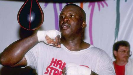 James 'Buster' Douglas selamanya akan dikenal sebagai orang pertama yang memberi nilai merah ke rapor nyaris sempurna Mike Tyson sebagai petinju profesional. - INDOSPORT