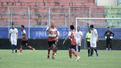 Indosport - Laga ujicoba antara Arema FC vs Madura United di Stadion Kanjuruhan Malang, Rabu (21/10/20).