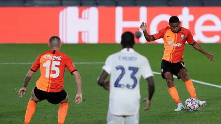 Pemain Shakhtar Donetsk, Tete, melepaskan tembakan ke gawang Real Madrid di Liga Champions. - INDOSPORT