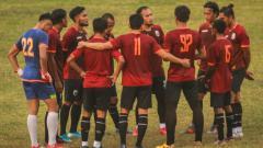 Indosport - Skuat Muba Babel United berkumpul di lapangan.