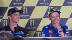 Indosport - Luca Marini dan Valentino Rossi.