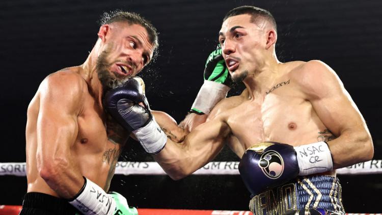 Teofimo Lopez (kanan) sukses memukul wajah Vasyl Lomachenko Copyright: Mikey Williams/Top Rank via Getty Images