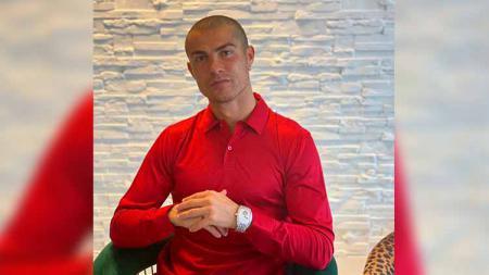 Tengah dalam karantina mandiri akibat positif corona, Cristiano Ronaldo memamerkan gaya rambut barunya yang nyaris plontos. - INDOSPORT