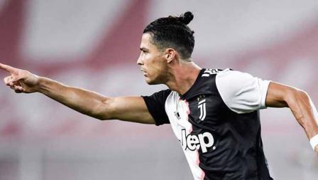 Cristiano Ronaldo sempat menggunakan gaya rambut di mana ia mengikat rambutnya seperti cepolan.