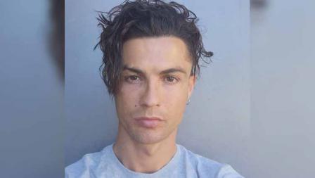 Dalam unggahan di media sosialnya, Cristiano Ronaldo bertanya kepada followers mengenai cocok atau tidaknya ia bergaya rambut seperti ini.
