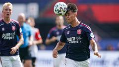 Indosport - Mees Hilgers saat menyundul bola