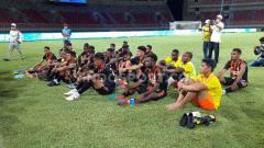 Indosport - Skuat sepak bola Papua saat mendengar arahan pelatih Eduard Ivakdalam pasca laga ekshibisi kontra Jawa Timur