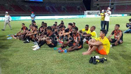 Skuat sepak bola Papua saat mendengar arahan pelatih Eduard Ivakdalam pasca laga ekshibisi kontra Jawa Timur - INDOSPORT