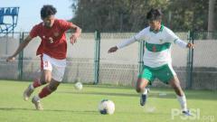 Indosport - Bagas Kaffa (tim merah) mencetak satu gol saat Laga internal game Timnas Indonesia U-19, Jumat (23/10/20).