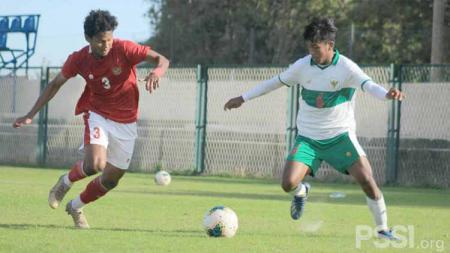 Bagas Kaffa (tim merah) mencetak satu gol saat Laga internal game Timnas Indonesia U-19, Jumat (23/10/20). - INDOSPORT