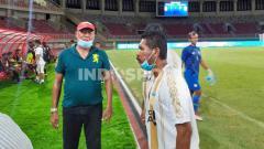 Indosport - Tim sepak bola Jawa Timur dan tim tuan rumah Papua mendapatkan hadiah dari Gubernur Provinsi Papua, Lukas Enembe berupa uang pembinaan sebesar Rp100 juta.
