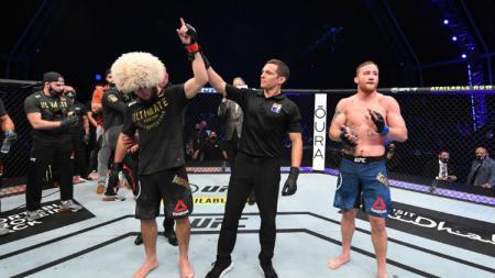 Selebrasi Khabib Nurmagomedov usai resmi dinyatakan sebagai pemenang laga kontra Justin Gaethje di UFC 254. - INDOSPORT