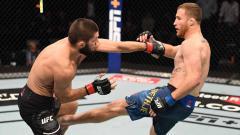 Indosport - Pertarungan Justin Gaethje saat menendang Khabib Nurmagomedov dalam gelar UFC di Abu Dhabi, Uni Emirat Arab.