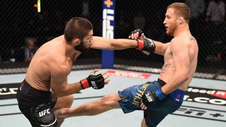 Khabib Nurmagomedov berusaha mengelak dan menyerang balik Justin Gaethje dalam pertandingan di UFC 254.
