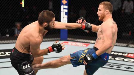 Pertarungan Justin Gaethje saat menendang Khabib Nurmagomedov dalam gelar UFC di Abu Dhabi, Uni Emirat Arab. - INDOSPORT