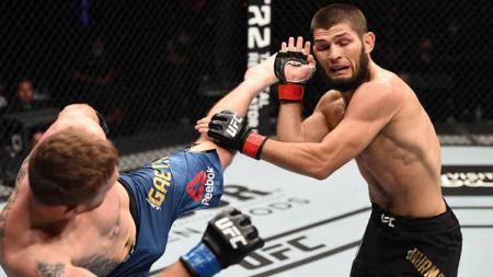 Tendangan Gaethje ke arah wajah dapat ditepis Khabib dalam gelar UFC di Abu Dhabi, Uni Emirat Arab. - INDOSPORT